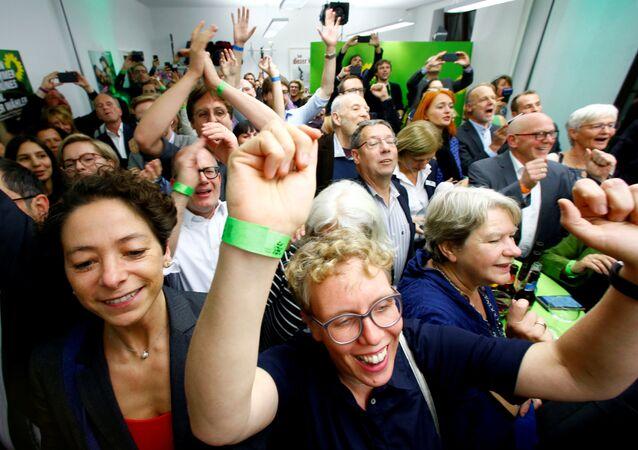 28 Ekim 2018'de Almanya'nın Hessen eyaleti referandumu ve seçimlerinin sonuçları belli olmaya başlarken