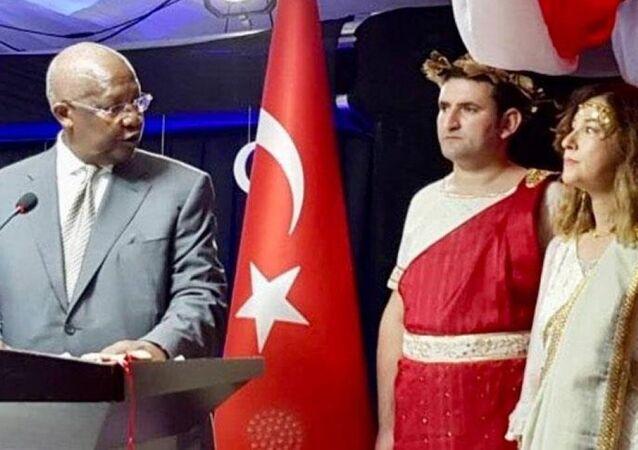 Uganda'daki 29 Ekim Cumhuriyet Bayramı resepsiyonunda, Türkiye'nin Kampala'daki Büyükelçisi Sedef Yavuzalp, Yunan mitolojik tanrılarının kıyafetini giydi.