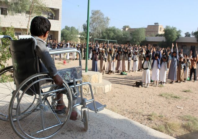 9 yaşındaki Muhammad Şadheli, 9 Ağustos okul otobüsü katliamından sağ kurtuldu, ama sakat kaldı. Şimdi bahçede beden eğitimi ya da sivi savunma tatbikatı yapan arkadaşlarını tekerlekli sandalyeden izliyor.