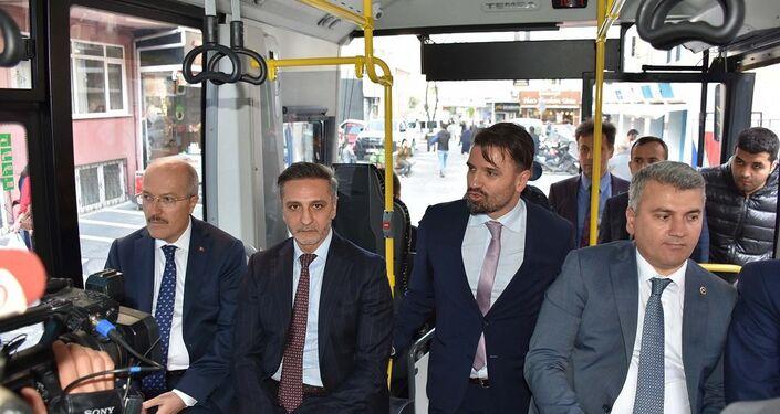 Katılımcılar, TEMSA'nın Adana'daki fabrikasında Türk mühendisleri tarafından geliştirilen ve seri üretime hazır hale gelen MD9 Electricity model elektrikli otobüsle şehir içinde kısa bir tur attı.