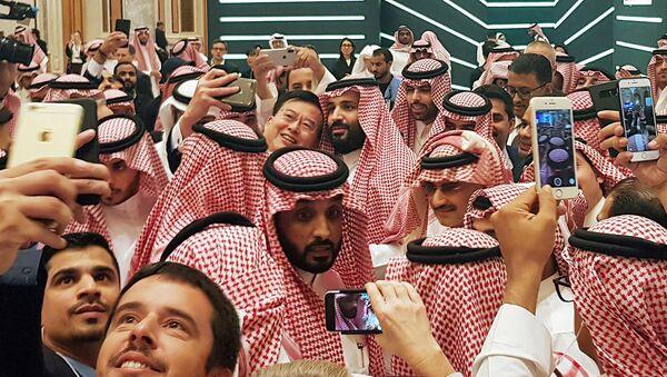 Ekim ayının sonunda Riyad'da düzenlenen Geleceğin Yatırımı Konferası'nda, Suudi Veliaht Prensi Muhammed bin Selman (en ortada), kendisiyle özçekim yapmak isteyenlere poz verirken - Sputnik Türkiye