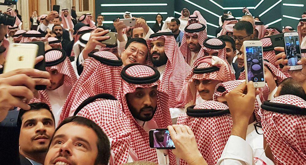 Ekim ayının sonunda Riyad'da düzenlenen Geleceğin Yatırımı Konferası'nda, Suudi Veliaht Prensi Muhammed bin Selman (en ortada), kendisiyle özçekim yapmak isteyenlere poz verirken