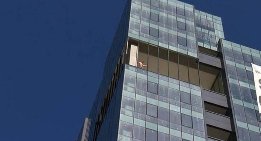 Maaşlarını alamayan işçiler 13. katta eylem yaptı
