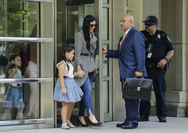 'El Chapo' (bücür) lakaplı Meksikalı uyuşturucu baronu Joaquin Guzman'ın davası için New York'ta bulunan eşi Emma Coronel, ikiz kızlarıyla birlikte avukatların eşliğinde mahkeme binasından çıkarken