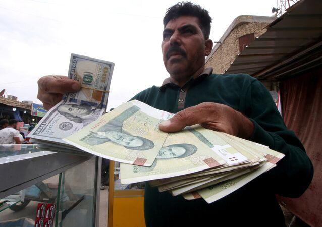 Basra kentinde döviz alım-satımı yapan Iraklının elindeki riyal ve dolarlar