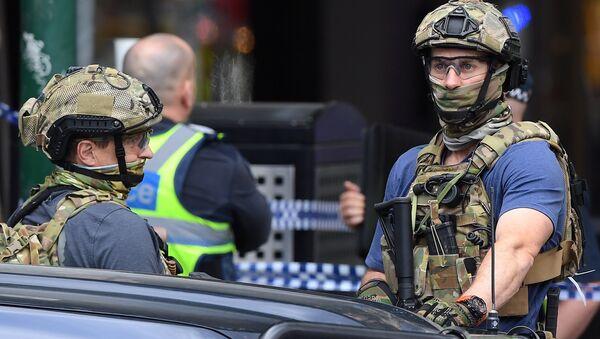 Avustralya silahlı güvenlik gücü mensupları, Melbourne'ün Bourke Caddesi üzerinde saldırıya sahne olan AVM'nin önünde - Sputnik Türkiye