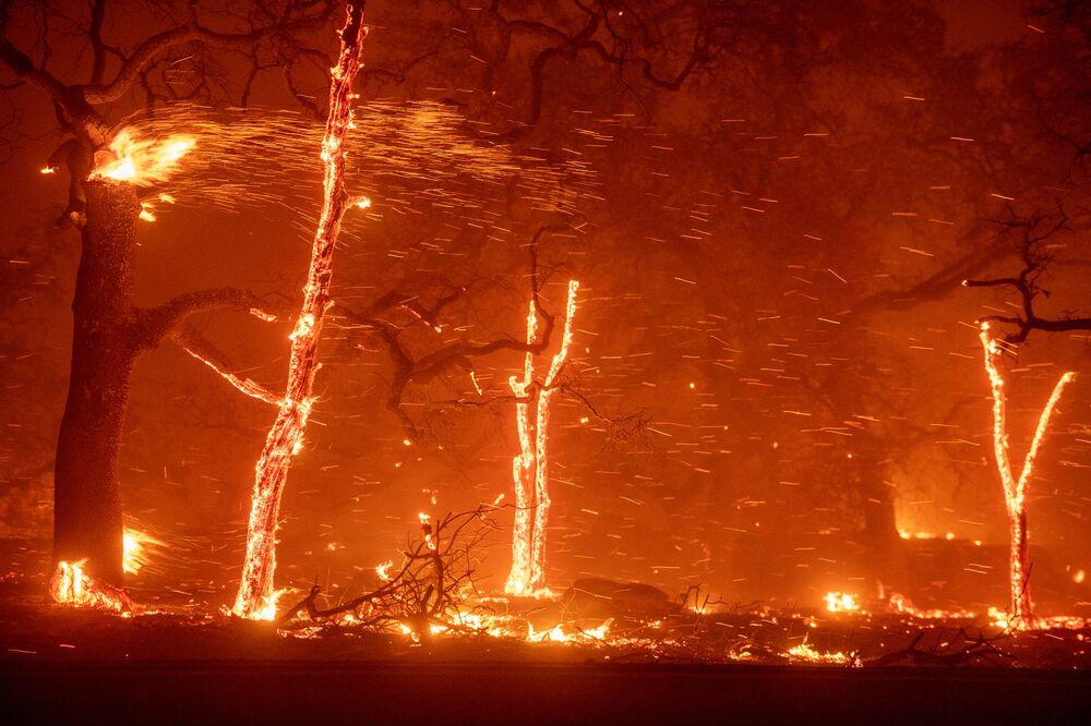 Kaliforniya'nın Paradise kasabası yangına teslim