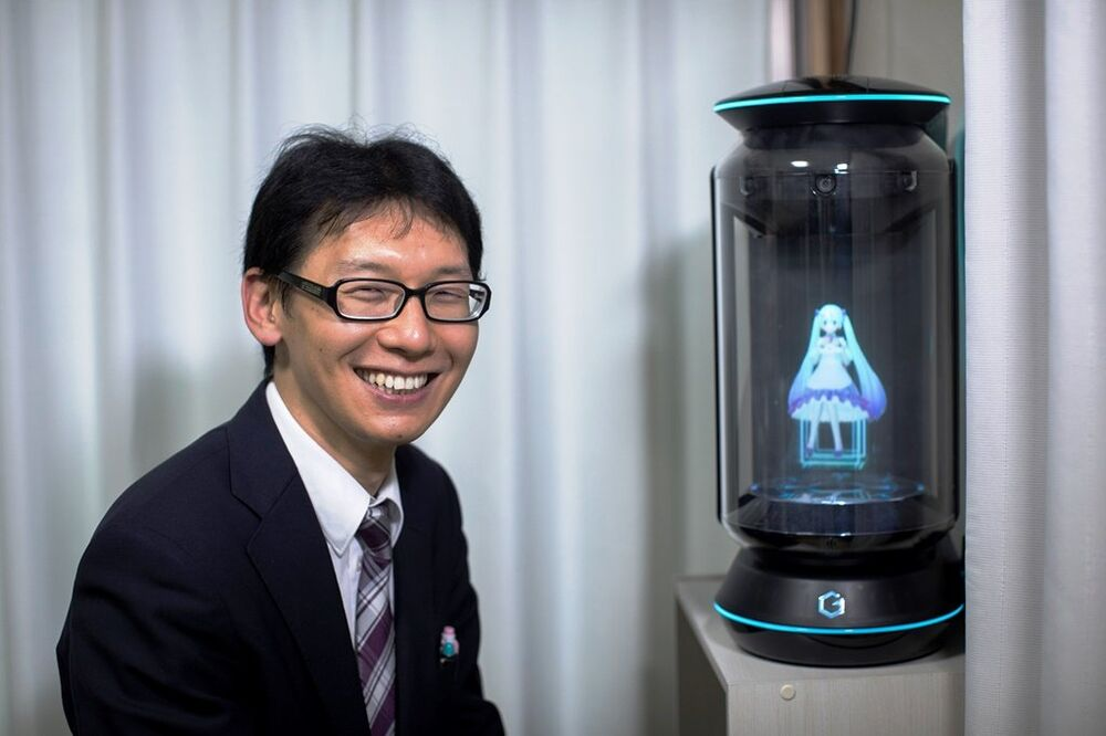 Hologramla evlenen Japon Kondo