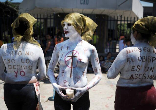 El Salvador'un başkenti San Salvador'da mahkeme binası önünde kürtaj yasağına protesto