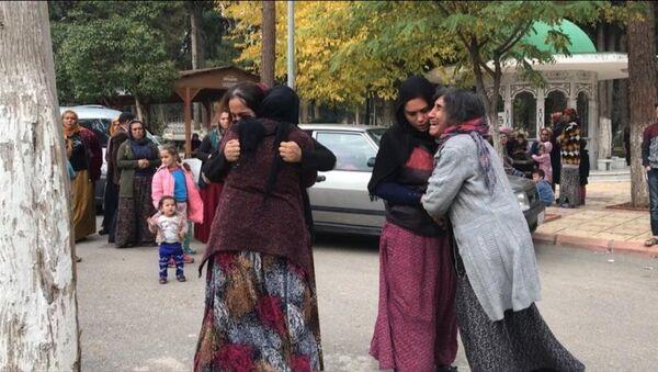 Gaziantep'in Şehitkamil ilçesinde bir kişi, imam nikahıyla birlikte yaşadığı Sebiha Sepil'i (20) pompalı tüfekle öldürdü. Sepil'in yakınları adli tıp kurumu önünde gözyaşı döktü. - Sputnik Türkiye