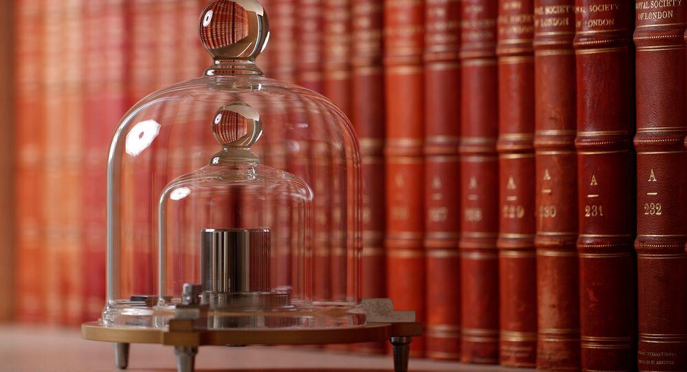 Paris yakınlarındaki Serves merkezli Uluslararası Ağırlıklar ve Ölçüler Bürosu'nda Uluslararası Kilogram Prototipi'nin bir kopyası