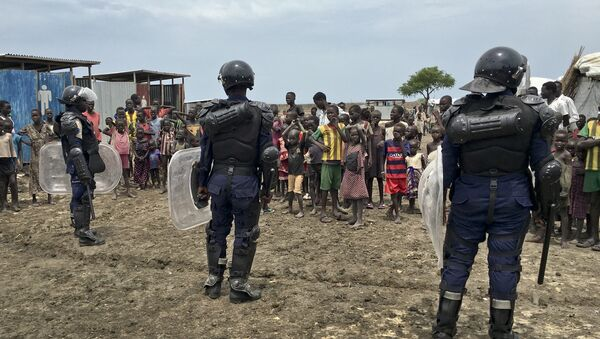 A crowd of displaced people look on as members of the U.N. multi-national police contingent provide security during a visit of UNCHR High Commissioner Filippo Grandi to South Sudan's largest camp for the internally-displaced, in Bentiu, South Sudan Sunday, June 18, 2017 - Sputnik Türkiye