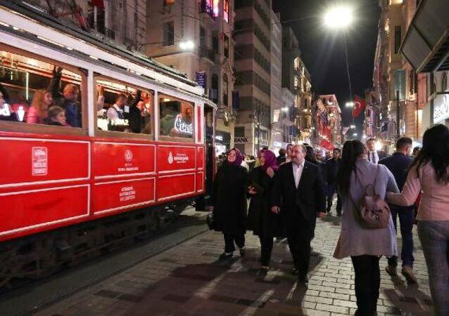 Sanayi ve Teknoloji Bakanı Mustafa Varank, eşi Esra Varank, Çalışma, Sosyal Hizmetler ve Aile Bakanı Zehra Zümrüt Selçuk ile birlikte Beyoğlu Taksim İstiklal Caddesi'nde yürüyüşe çıktı.