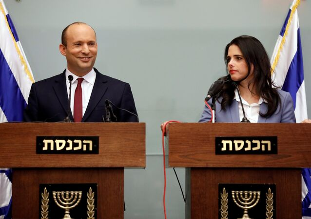 Naftali Bennett ile Ayelet Şaked, Knesset'te basın toplantısı düzenledi.
