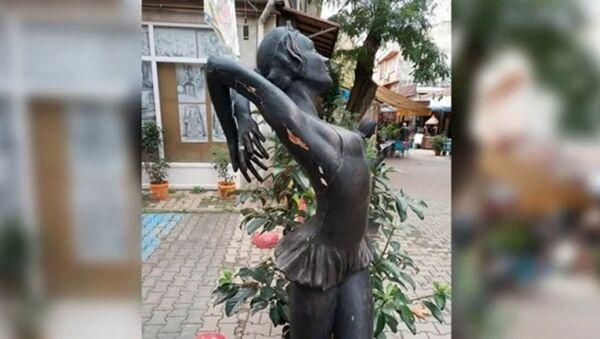 Türkiye'nin ilk balerininin heykeline tecavüz girişimi - Meriç Sümen - Sputnik Türkiye