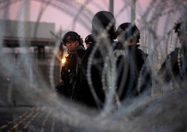 ABD askerleri Meksika sınırına dikenli tel çekti.
