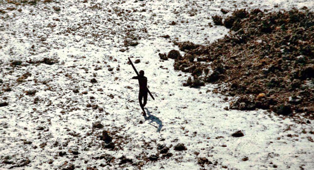 Hindistan'ın Andaman ve Nikobar Adaları'na bağlı Kuzey Sentinel Adası'nda bir yerli kabilesi üyesi