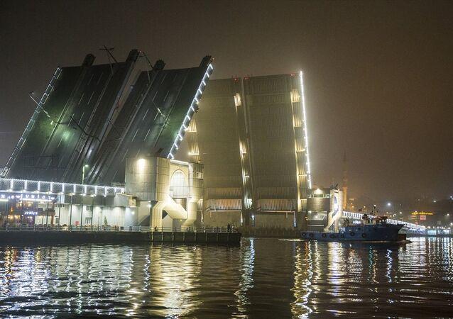 Atatürk (Unkapanı), Galata ve Haliç Metro köprüleri bu gece bir süreliğine yaya ve araç trafiğine kapatılarak deniz ulaşımına açıldı.