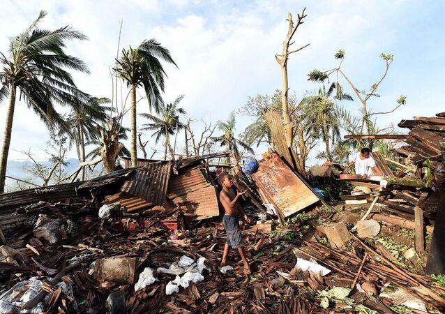 5. kategoriden Pam Kasırgası'nın vurduğu Vanuatu'nun başkenti Port Vila'da bir çocuk evinin yıkıntılar arasında top oynarken