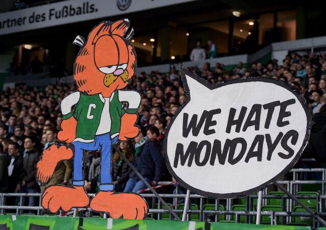 Bundesliga'daki Werder Bremen maçında, çizgi kedi karakter Garfield'in Pazartesilerden nefret ediyoruz slonaı eşliğinde pazartesi maçları protesto edilirken
