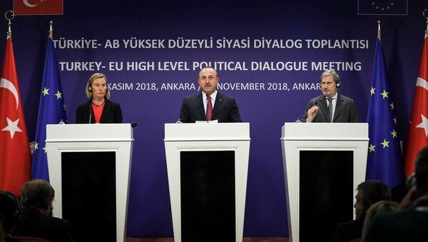 Avrupa Birliği Dışişleri ve Güvenlik Politikaları Yüksek Temsilcisi Federica Mogherini -Dışişleri Bakanı Mevlüt Çavuşoğlu-Avrupa Birliği Komisyonu Komşuluk Politikası ve Genişleme Müzakerelerinden sorumlu Üyesi Johannes Hahn - Sputnik Türkiye