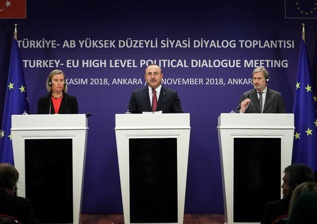 Avrupa Birliği Dışişleri ve Güvenlik Politikaları Yüksek Temsilcisi Federica Mogherini -Dışişleri Bakanı Mevlüt Çavuşoğlu-Avrupa Birliği Komisyonu Komşuluk Politikası ve Genişleme Müzakerelerinden sorumlu Üyesi Johannes Hahn