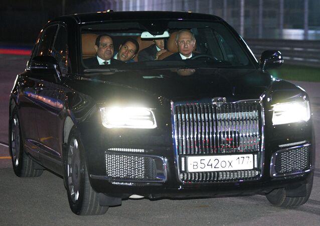 Rusya Devlet Başkanı Vladimir Putin ve Mısır Cumhurbaşkanı Abdül Fettah El Sisi, 'Soçi Autodrom' yolunda Aurus otomobiliyle devletbaşkanlığı kortejinde.
