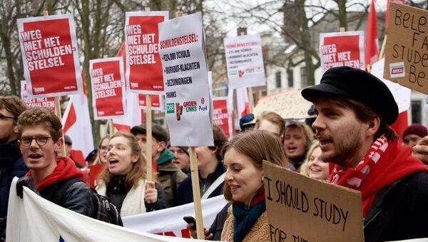 Hollanda'da karşılıksız bursları kaldırılan öğrencilerden protesto - Sputnik Türkiye