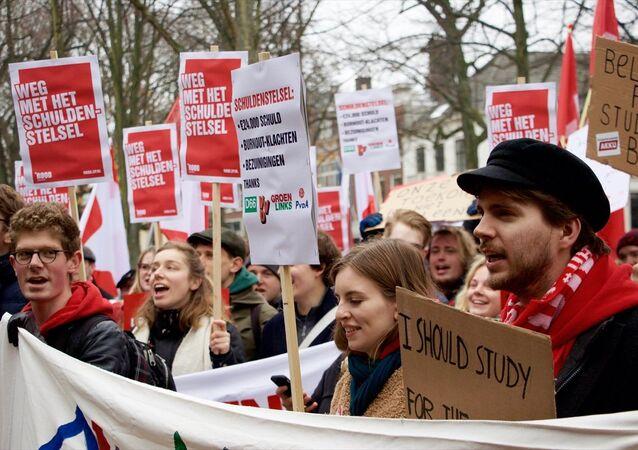 Hollanda'da karşılıksız bursları kaldırılan öğrencilerden protesto