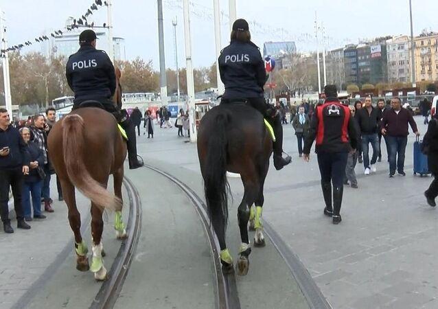 Taksim'de atlı polisler