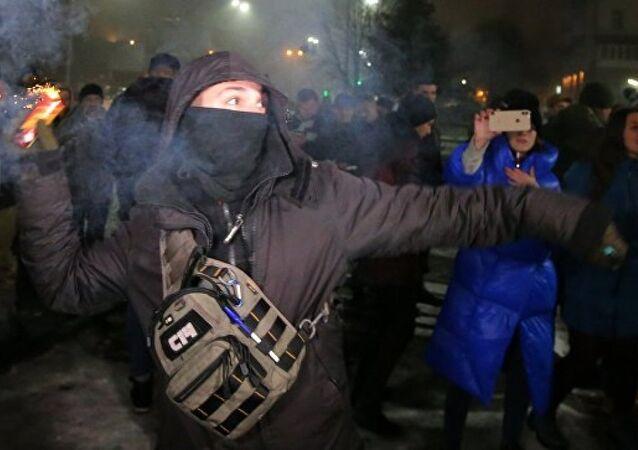 Kiev'de radikallerden Rus büyükelçiliğine fişekli saldırı