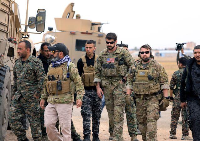 Türkiye sınırı yakınındaki Haseke'de devriye gezen ABD askerleri ile DSG mensupları