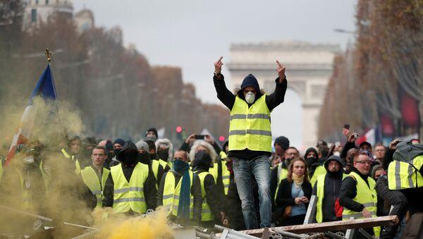 Direksiyon başında ekmek parası kazanırken akarkayıt fiyatlarından darbe üzerine darbe yiyen Fransızlar, 17 Kasım'dan beri sarı yelekleri geçirip sokaklara dökülüyor. Paris'teki meşhur Şanzelize de bir kez daha barikatlara sahne oluyor. - Sputnik Türkiye