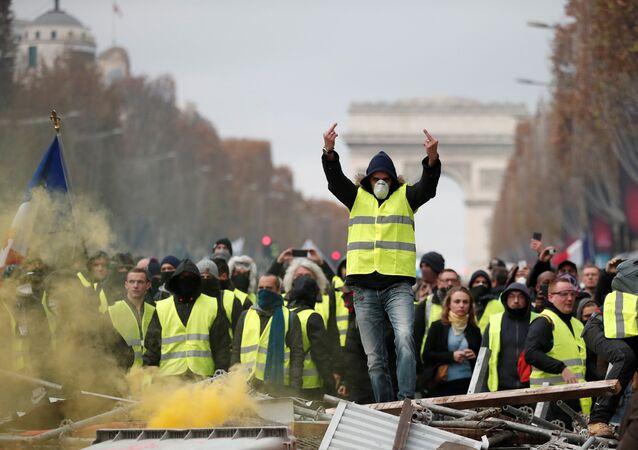Direksiyon başında ekmek parası kazanırken akarkayıt fiyatlarından darbe üzerine darbe yiyen Fransızlar, 17 Kasım'dan beri sarı yelekleri geçirip sokaklara dökülüyor. Paris'teki meşhur Şanzelize de bir kez daha barikatlara sahne oluyor.