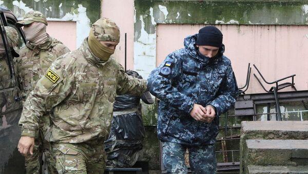 Kerç Boğazı'nda gözaltına alınan Ukrayna deniz kuvvetleri askerleri,  FSB görevlilerinin nezaretinde Simferopol'de mahkemeye çıkarıldı. - Sputnik Türkiye