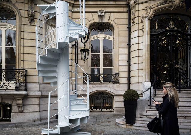 Eyfel Kulesi- merdivenin bir parçası 169 bin euroya satıldı