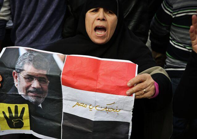 Mısır'da devrik Müslüman Kardeşler iktidarının hapisteki lideri Mursi'nin posteriyle bir kadın