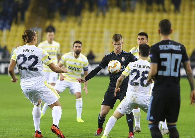 Fenerbahçe, UEFA Avrupa Ligi D Grubu 5. hafta maçında Hırvatistan'ın Dinamo Zagreb takımı ile Ülker Stadyumu'nda karşılaştı. Fenerbahçeli oyuncu Martin Skrtel (37), bir pozisyonda Dinamo Zagreb oyuncusu Rrahmani Amir (13) ile mücadele etti.