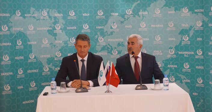 Demre Belediye Başkanı Süleyman Topçu ve Klintsı Belediye Başkanı Oleg Şkuratov, Moskova'daki Yunus Emre Kültür Merkezi'nde.