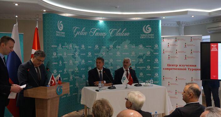 Türkiye'nin Moskova Büyükelçisi Hüseyin Diriöz, Moskova'daki Yunus Emre Kültür Merkezi'nde düzenlenen etkinlikte konuşma yapıyor