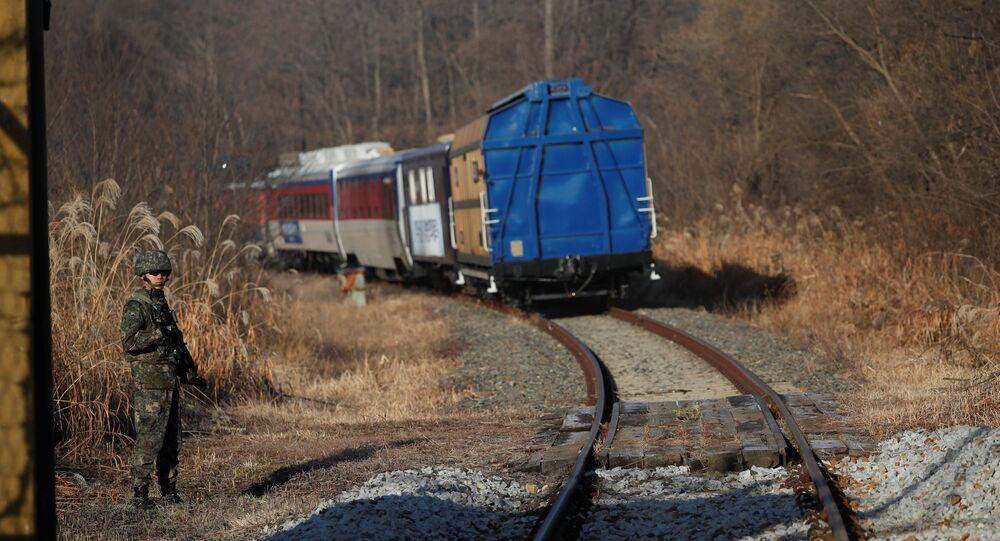 İki ülke arasındaki askerden arındırılmış bölgeden geçen Güney Kore trenlerinin taşıdığı yetkililer, Kuzey Kore demiryollarında incelemelere başladı.