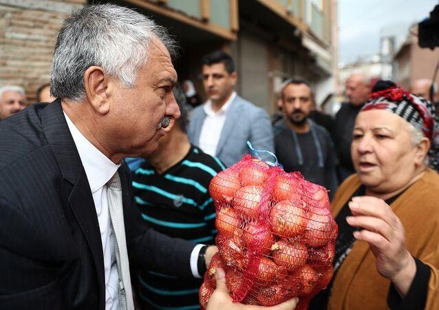 Seyhan Belediye Başkanı Zeydan Karalar, Daha önce karpuz ve narenciye ürünleri dağıtmıştık. Şimdi de soğan dağıttık dedi.
