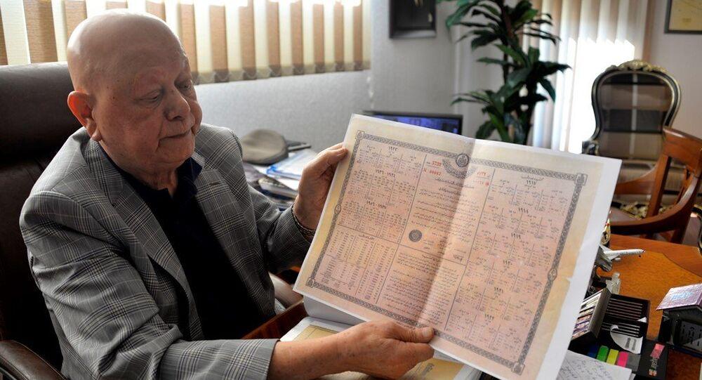 Babasına ait sandıktan, dedesinin babasına ait olduğu düşünülen 1917 yılına ait tahvil çıktığını söyleyen Antalya'da 79 yaşındaki turizmci Akay Okudur