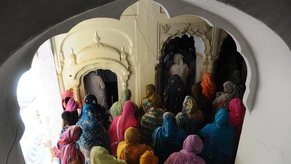 Sikh women pilgrims stand during a religious ceremony at Gurdwara Dera Sahib in Lahore on June 16, 2011 - Sputnik Türkiye