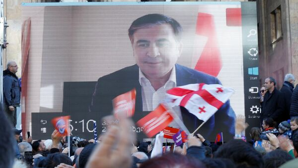 ABD destekli eski Gürcistan Cumhurbaşkanı Saakaşvili, Tiflis'deki muhalefet mitingine dev ekrandan katılıp Vaşadze'nin taleplerine destek verdi. - Sputnik Türkiye