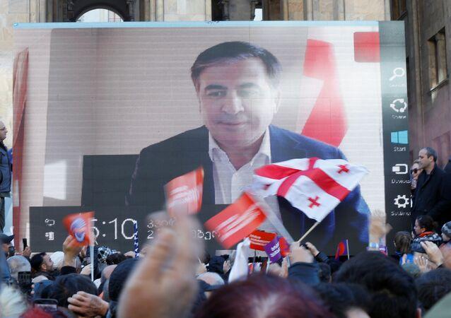 ABD destekli eski Gürcistan Cumhurbaşkanı Saakaşvili, Tiflis'deki muhalefet mitingine dev ekrandan katılıp Vaşadze'nin taleplerine destek verdi.