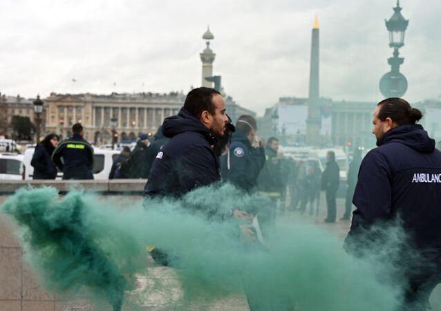 Fransa'da ambulans çalışanlarından eylem