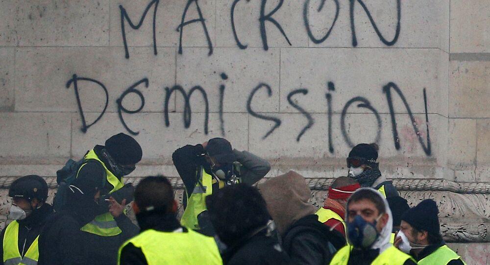 Sarı Yelekler hareketi, talepleri arasında yer alan Macron'un istifasını Paris'teki Zafer Takı'na da yazdı.
