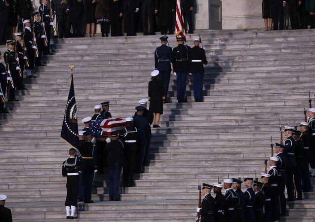 94 yaşında hayatını kaybeden ABD'nin 41.Başkanı George H.W. Bush'un cenazesi başkent Washington'daki ABD Kongresine getirilerek, anma töreni düzenlendi.