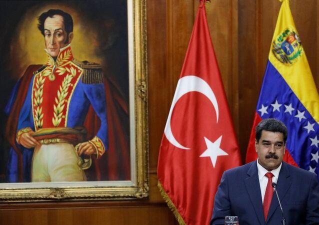 Venezüella Devlet Başkanı Nicolas Maduro  Türk Bayrağı önünde